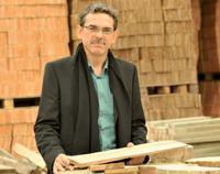 En septembre 2009, Pierre Hervé, fabricant et poseur de tuiles en bois, a fait breveter sa 18e innovation.