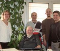 Les quatre salariés qui ont repris leur entreprise de plomberie-chauffage en Scop, en juillet 2009, entourent l'ancien dirigeant.