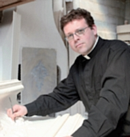 «je suis un prêtre et un artisan, bien dans mes baskets! » Père Nicolas Pelât Plâtrier-stucatem