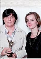 Sabine Macé a reçu le 1er prix des mains de Céline Jacquot (Artisans Mag').