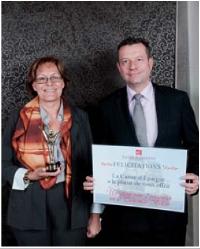 Sylviane Pitschi a reçu le 1er prix des mains de Florent Lamoureux (Caisse d'Epargne).