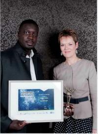 Momar Dieng s'est vu remettre le Prix spécial par Corine Postel (Capeb) pour ses actions en faveur de l'insertion des jeunes.