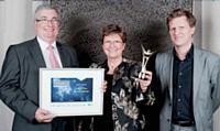 Alain Bernazeau, ici avec sa femme, Jeanine, a reçu le 1er prix des mains d'Alexandre Duby (GDF Suez).