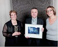 Sylvie Fleuret et Michel Chauvet ont reçu leur trophée des mains de Christine Uribarri (APCMA).