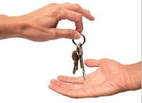 Avant la remise des clés, n'oubliez pas de relire les articles 606 et 605 du Code civil, qui détaillent les charges à supporter tant par le propriétaire que par le locataire.