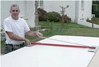 Le relève-plaque manuel inventé par Hervé Denié facilite la manipulation des plaques de plâtre par une seule personne.
