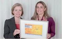 Joséphine Ray (Ciel) (à gauche) a remis le troisième prix à Aline Mériau.