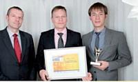 Florent Lamoureux (Caisse d'Epargne) (à gauche) a remis ce prix à Rostyslav Sokolov et Damien Chapuis.