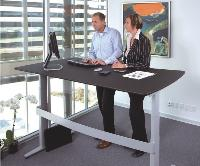 Les bureaux assis-debout favoriseraient le travail en équipe. Il apparaît, en effet, plus facile de travailler sur un écran si chaque collaborateur reste debout et peut facilement circuler autour du plan de travail.