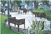 La ville de Cannes a opté pour la collection Corten Style, signée Marc Aurel pour Metalco. Cette collection est inspirée du mobilier de jardin.