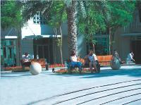 Le savoir-faire des fabricants français de mobilier urbain s'exporte. La ville de Dubaï, aux Emirats Arabes Unis, a ainsi fait appel à la société alsacienne Sineu Graff.