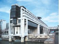 En 2006, le ministère des Finances comptait 185 000 agents, dont 10 000 sur le site de Bercy, à Paris. Le budget télécoms du ministère est de 30 millions d'euros.
