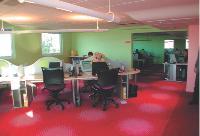 Pas-de-Calais Habitat a misé sur des coloris gdis pour construire l'espace de travail des téléconseillers.