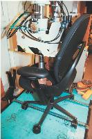 Afin de s'assurer de la solidité des sièges, des tests sont effectués. L'un d'entre eux consiste à maintenir une pression sur l'assise.