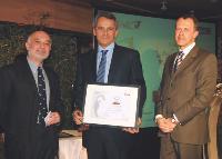 Jean-Louis Alcaide, rédacteur en chef PME-Région de La Tribune, Denis Akriche (Armatis) et Eric Dugelay (directeur régional Paris Est de la Banque Palatine), lors du Prix de l'Ambition 2008.
