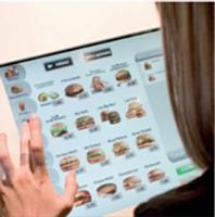 Les bornes automatiques, déjà installées dans la moitié des restaurants, permettent de régler directement sa commande.