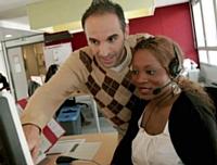 Une jeune conseillère clientèle du projet Trait d'Union avec son tuteur.