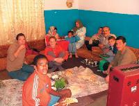Catherine Doiteau (à gauche) a partagé un repas avec une famille à Damas, en Syrie.