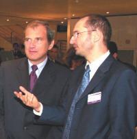 Jean-Emmanuel Gilbert (à droite) en compagnie de François Loos, ministre délégué à l'industrie, lors du Forum du financement et de l'innovation.