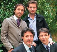 Xavier Chourki (en haut, à gauche) et Gilles Guillot (en bas, à droite), avec une partie de leur équipe.