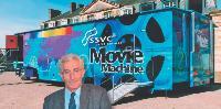 Il transforme les camions en salles de cinéma