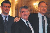 Renaud Dutreil (à droite), alors ministre des PME, félicite Didier (au milieu) et Alain Duchêne (à gauche), les cofondateurs de Novalu CMD2.