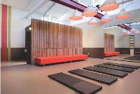 Ouverte du matin au soir, la salle fonctionne en libre-service, et des cours y sont dispensés par un coach.