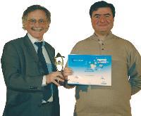 Jean-Paul Camous (Gaz de France) remet son trophée à Yves Riesel (à dr.)