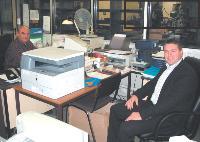 David et Jérôme Lobel passent le tiers de leur temps dans leur bureau de l'atelier. Ici, David Lobel , (à droite) avec son chef d'atelier