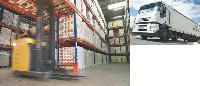 La plupart du temps, les entrepôts hébergent les marchandises de plusieurs entreprises. Une formule pratique d'externalisation logistique qui permet de réduire les coûts immobiliers, humains et matériels. La tarification de ce genre de service varie selon les mètres carrés utilisés et l'étendue de la prestation.