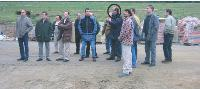 En septembre 2002, Pierre Jolivet (au centre) découvre les dégâts de l'Incendie, entouré d'une partie de son équipe.