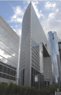 Le Groupe Regus, présent dans 70 pays, possède un réseau de 950 centres d'affaires, à l'image de la Tour Pacific, à La Défense.