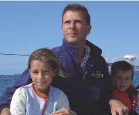Patrick Savarieau et ses enfants, sur son bateau, au large de la Bretagne.