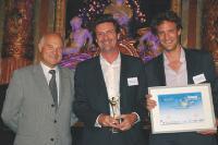 Nicolas (au centre) et François Bergerault reçoivent leur trophée des mains de Gérard Mailhot, des DCF.