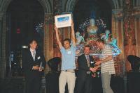 Augustin Paluel-Marmont (à gauche) et michel de Rovira célèbrent leur distinction autour de Carlos Brandao, de la JCEF.
