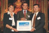 Élisabeth Rochas (Ubifrance) remet leur trophée à marc Fernandez-Lado (au centre) et Benoît Jeanneau.