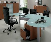 Le mariage du verre, du métal et du bois donne au bureau un aspect à la fois convivial, moderne et professionnel.