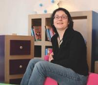 La reconversion de Delphine Magisson a été radicale. De la communication, elle est passée à la fabrication de meubles en carton.