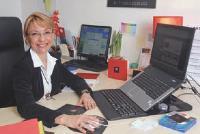 Yolande Large réussit à superviser les devoirs de ses enfants tout en vaquant à ses occupations de patronne.