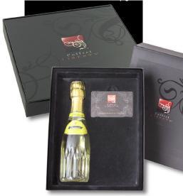 Pour mettre en valeur ses offres haut de gamme, Coffret Liberty accompagne sa carte-cadeau d'une bouteille de champagne.