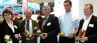 De gauche à droite: Dorothée Véron, cadre export chez Normandy Gourmet International, Yves Peltier, président, Jean-Luc Blandin, vice-président, accompagnés de membres de l'association.