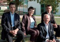 Olivier Guilbaud, à gauche, p-dg de Science et Nature, avec sa mère, son père et son jeune frère, Antoine, directeur général.