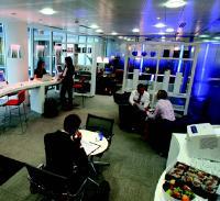Dans ses espaces Business Lounge, Regus met des ordinateurs en libre service pour sa clientèle.