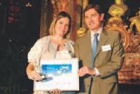 Yseulys Costes reçoit son trophée des mains de Philippe Lesaffre (Caisse d'Epargne).