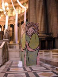La fondation Plage pour l'art a aidé la réalisation de l'oeuvre de l'artiste Talva Design, présentée à la Biennale les Stèles de la création«organisée dans l'église de La Madeleine à Paris.