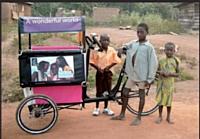 Ce triporteur publicitaire transporte les enfants à l'école gratuitement.