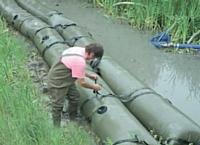 Des tubes remplis d'eau pour former un barrage, c'est l'invention de Damien Louessard.