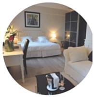 Chambre de luxe pour vos séminaires au Vallon de Valrugues (à droite) ou pause détente à l'Auberge de Cassagne (en bas).