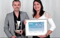 Rodolphe Achard (Ach) a reçu ce prix des mains d'Élisabète Vidal (Tassimo Professional).