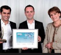 Franck Dupuis et Jean-François Bandet (Dragon bleu) ont reçu ce prix des mains d'Élisabeth Rochas (UbiFrance).